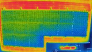 赤外線カメラで太陽光パネルを点検